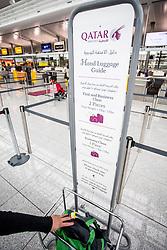 THEMENBILD - Airport Muenchen, Franz Josef Strauß (IATA: MUC, ICAO: EDDM), Der Flughafen Muenchen zählt zu den groessten Drehkreuzen Europas, rund 100 Fluggesellschaften verbinden ihn mit 230 Zielen in 70 Laendern, im Bild Qatar Airways, ein Passagier kontrolliert ob sein Handgepaeck die vorgeschriebene Groesse nicht ueberschreitet // THEME IMAGE, FEATURE - Airport Munich, Franz Josef Strauss (IATA: MUC, ICAO: EDDM), The airport Munich is one of the largest hubs in Europe, approximately 100 airlines connect it to 230 destinations in 70 countries. picture shows: Qatar Airways, a passenger controlled if his hand luggage is not greater as the allowed size, Munich, Germany on 2012/05/06. EXPA Pictures © 2012, PhotoCredit: EXPA/ Juergen Feichter