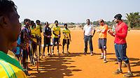 KHUNTI (Jharkhand) -  Trainersopleiding   ONE MILLION HOCKEY LEGS  is een project , geïnitieerd door de Nederlandse- en Indiase overheid, met het doel om trainers en coaches op te leiden en  500.000 kinderen in India te laten hockeyen.  Ex international Floris Jan Bovelander    is een van de oprichters en het gezicht van OMHL.  rechts Sandeep Singh en Warner vd Vegt. COPYRIGHT KOEN SUYK