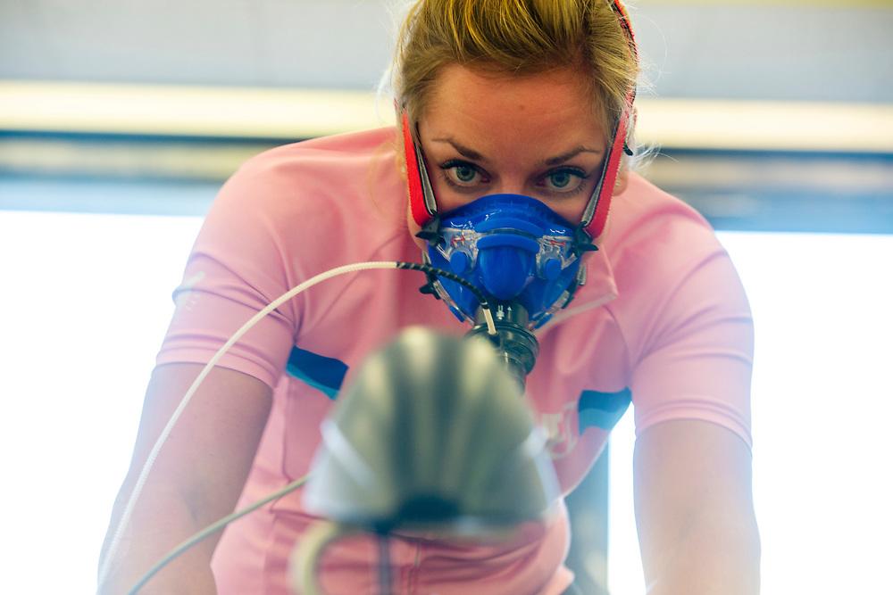 Studenten van de VU nemen een inspanningstest bij een van de kandidaten voor het nieuwe team. In september wil het Human Power Team Delft en Amsterdam, dat bestaat uit studenten van de TU Delft en de VU Amsterdam, tijdens de World Human Powered Speed Challenge in Nevada een poging doen het wereldrecord snelfietsen voor vrouwen te verbreken met de VeloX 9, een gestroomlijnde ligfiets. Het record is met 121,81 km/h sinds 2010 in handen van de Francaise Barbara Buatois. De Canadees Todd Reichert is de snelste man met 144,17 km/h sinds 2016.<br /> <br /> With the VeloX 9, a special recumbent bike, the Human Power Team Delft and Amsterdam, consisting of students of the TU Delft and the VU Amsterdam, also wants to set a new woman's world record cycling in September at the World Human Powered Speed Challenge in Nevada. The current speed record is 121,81 km/h, set in 2010 by Barbara Buatois. The fastest man is Todd Reichert with 144,17 km/h.