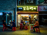 SEOUL, SOUTH KOREA: Diners at a Korean barbecue in Seoul.         PHOTO BY JACK KURTZ