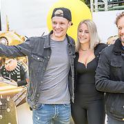 NLD/Amsterdam/20170617 - Première Verschrikkelijke Ikke 3, vlogger Enzo Knol en partner Dee van der Zeeuw met Carlo Boszhard