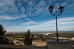 """Ostuni - Ostuni è un comune italiano di 32.182 abitanti della provincia di Brindisi in Puglia. Detta anche Città Bianca, per via del suo caratteristico centro storico che un tempo era interamente dipinto con calce bianca, oggi solo parzialmente. Insieme a Taranto e Santa Maria di Leuca, costituisce uno dei vertici ideali della penisola salentina. Rinomato centro turistico, nel 2008, 2009, 2010, 2011 e 2012 ha ricevuto la Bandiera Blu[4] e le cinque vele di Legambiente per la pulizia delle acque della sua costa e per la qualità dei servizi offerti. Nel 2005, inoltre, la Regione Puglia ha riconosciuto il comune come """"località turistica""""."""