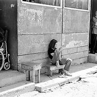 During the summer1999, over 245,000 Serbs and Roms fled to Serbia and Montenegro from or within Kosovo in fear of reprisals from the majority Albanian population, after NATO air strikes had forced the withdrawal of Yugoslav. In 2003, less than 2% of them had returned and a large number of these internally displaced persons (IDPs) were still living in camps in very difficult conditions..In addition, around 5,000 IDPs, mainly of Roma ethnicity, are living in unrecognized collective centres, makeshift huts, corrugated metal containers and other substandard shelters. .This work  was meant to look at how the life of children and young adults is affected by the fact that they are IDPs. I asked myself more specifically what would be different for these children/young adults from the 'normal' people of their age as far as education, health, social life, family, 'love' life and leisure are concerned. ...Pendant l'été 1999, plus de 245 000 serbes et roms ont fuit le Kosovo pour chercher refuge en Serbie ou au Montenegro, par peur de représailles de la part de la majorité de la population albanaise après que les forces de l'OTAN aient forcé l'armée yougoslave à se retirer. En 2003, moins de 2% d'entre eux étaient rentrés chez eux et le plus grand nombre de ces 'déplacés' (IDPs) vivaient encore dans des centres d'accueil dans des conditions très difficiles..Environ 5 000 IDPs, la plupart romas, vivent dans des centres non reconnus faits de containers ou d'abris de fortune. .Ce travail s'est focalisé sur les jeunes IDPs, sur les conséquences de leur état de 'déplacés' sur leur vie et plus particulièrement dans les sphères concernant l'éducation, la santé,  la vie sociale, la vie de famille, la vie amoureuse et les loisirs..