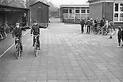 Nederland, Druten, 20-2-1980Verkeersles voor kinderen met een fiets op een basisschool, lagere school.Foto: Flip Franssen/Hollandse Hoogte