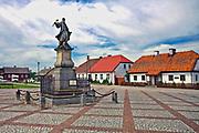 Rynek w Tykocinie z pomnikiem hetmana Stefana Czarnieckiego, Polska<br /> Market in Tykocin with the statue of hetman Stefan Czarniecki, Poland