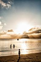 Por do sol na Praia do Canto Grande (Mar de Dentro). Bombinhas, Santa Catarina, Brasil. / <br /> Sunset at Canto Grande Beach. Bombinhas, Santa Catarina, Brazil.