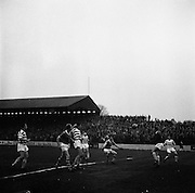 18/04/1962<br /> 04/18/1962<br /> 18 April 1962<br /> Soccer; Shamrock Rovers v Waterford, F.A.I. Cup Semi - Final Replay at Tolka Park, Dublin. J. Fitzgearld's (Waterford) header is gathered safely by Rovers keeper Henderson.
