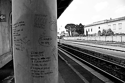 veduta dei binari dalla banchina di una stazione ferroviaria delle linee SUD EST. Reportage che racconta le situazioni che si incontrano durante un viaggio lungo le linee ferroviarie SUD EST nel Salento