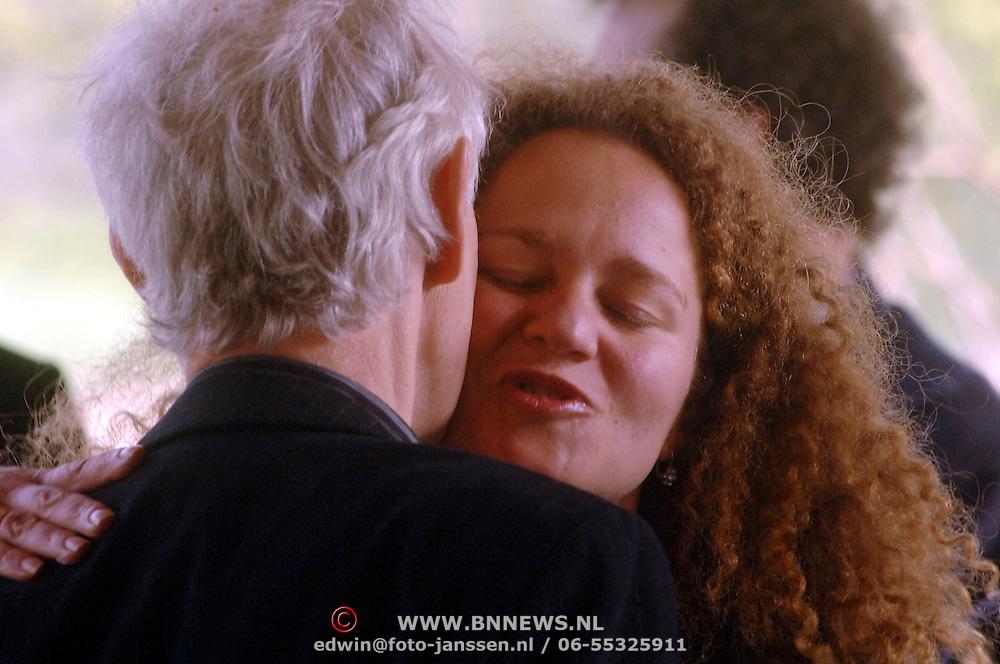 NLD/Amsterdam/20060425 - Uitvaart Sylvia de Leur, Hadassah de Boer begroet haar stiefvader Berend Boudewijn