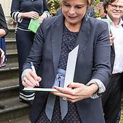NLD/Baarn/20171010 - Laurentien aanwezig bij Dag van de Duurzaamheid, Prinses Laurentien signeert een boek