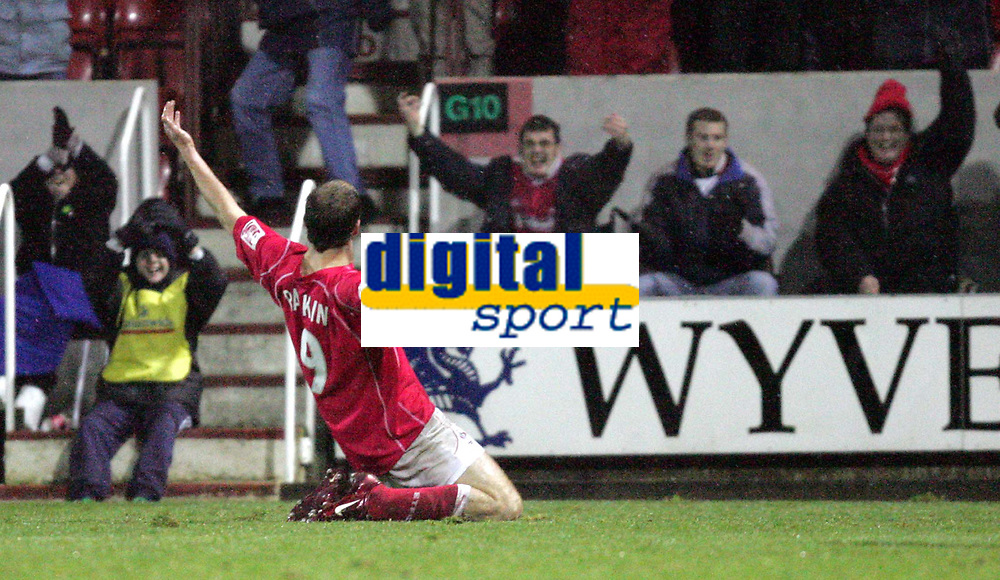 Fotball<br /> England 2004/2005<br /> Foto: SBI/Digitalsport<br /> NORWAY ONLY<br /> <br /> Swindon Town v Hull City<br /> The Coca-Cola Football League one. County Ground.<br /> 20/11/2004<br /> <br /> Swindon's Sam Parkin celebrates scoring the third goal against Hull.