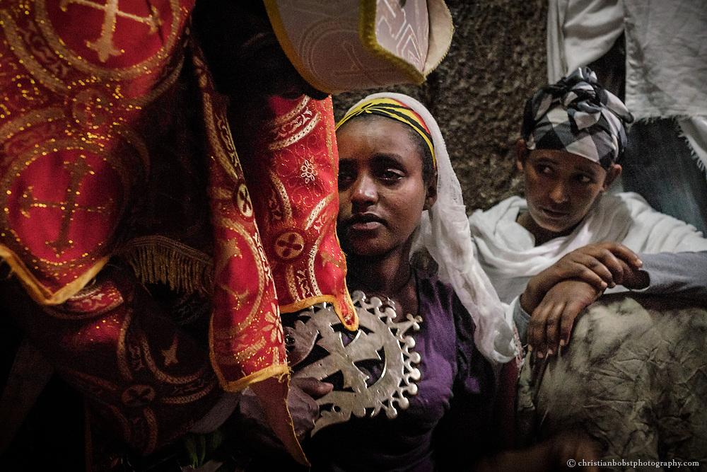 Nach einem Exorzismus steht einer jungen Frau die Erschöpfung ins Gesicht geschrieben.