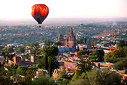MEXICO, SAN MIGUEL ALLENDE overview with Parroquia and ballooning