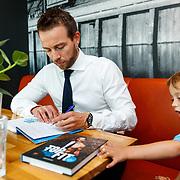 NLD/Amsterdam/20180511 - Boekpresentatie Henri Schut genaamd Topfit, ondertekend boeken samen met zoon Stijn