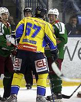 Ishockey<br /> GET-Ligaen<br /> 08.01.08<br /> Askerhallen<br /> Frisk Asker - Storhamar<br /> Krangling mellom Henrik Höglund og Chris Abbott - lettere nervøs latter fra Abbott<br /> Foto - Kasper Wikestad