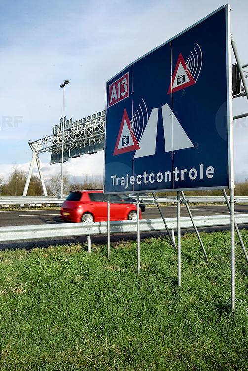 Nederland Rotterdam 24 maart 2008 20080324 .Trajectcontrole op A13 80 kilometer zone,  om luchtvervuiling te verminderen voor omliggende buurt Overschie welke door de A13 wordt doorkruist..Foto David Rozing