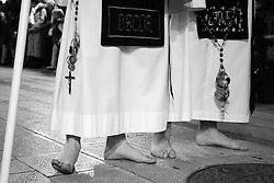 """I riti della Settimana Santa a Taranto, perdoni scalzi procedono con il tipico andamento detto """"nazzecata"""""""