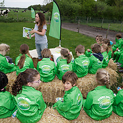NLD/Hilversum/20190425 - Presentatie 3e editie Boerderij voorleesboeken, Lisa Wade leest voor aan schoolkinderen