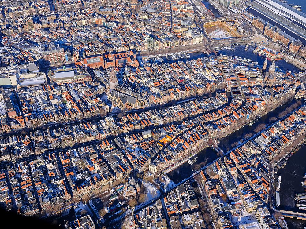 Nederland, Noord-Holland, Amsterdam, 13-02-2021; Nieuwmarktbuurt, Nieuwmarkt, Geldersekade. Rond de Oude kerk (midden) de Wallen.<br /> Red light district.<br /> luchtfoto (toeslag op standaard tarieven);<br /> aerial photo (additional fee required)<br /> copyright © 2021 foto/photo Siebe Swart