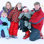 AUT/Lech/20080210 - Fotosessie Nederlandse Koninklijke familie in lech Oostenrijk, prins Willem-Alexander met partner prinses Maxima en kinderen Alexia, Ariane en Amalia