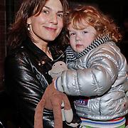 NLD/Amsterdam/20110216 - Boekpresentatie Twaalf goeroes, dertien ongelukken van schrijver Johan Noorloos, Kim van Kooten met kind Kee Molly en zwangere nadja Hupscher