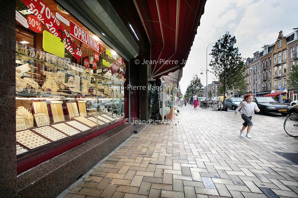 Nederland,Amsterdam , 17 juli 2009..Closed shops and impoverishment in the (neighbourhood of the) Jan Evertsenstraat,  Amsterdam..Gesloten winkels en verpaupering op de Jan Evertsenstraat.