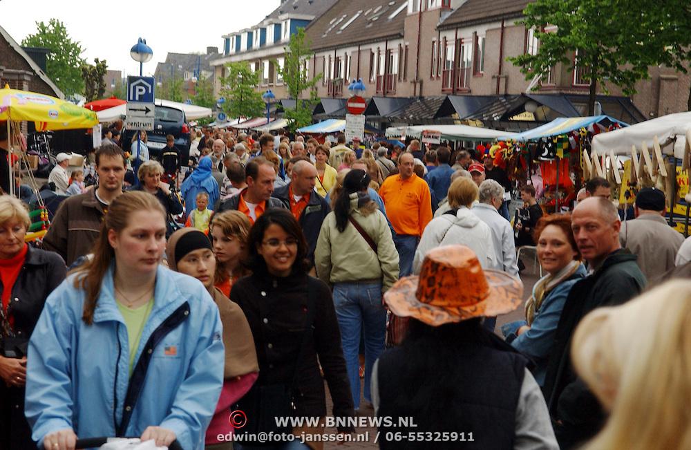 NLD/Huizen/20050430 - Koninginnedag 2005, drukte, braderie, mensenmassa, kramen