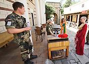 Nederland, Heilig Landstichting, 27-06-2019In Museumpark Orientalis bij Nijmegen houden Nederlandse, Duitse en Belgische militairen een oefening. De militairen die deelnemen aan de oefening oefenen alsof ze op een vredesmissie zijn in het buitenland. Actuers beelden de lokale bevolking uit . In hun normale werk hebben zij een bijzondere taak; hulp verlenen en informatie inwinnen en delen om op deze manier de bevolking in een crisisgebied zoveel mogelijk te ontzien.Foto: Flip Franssen