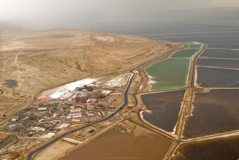 Dans le bassin sud de la Mer Morte, les usines de Dead Sea Works extraient la potasse après évaporation de l'eau. Dead Sea Works est le quatrième producteur mondial de produits à base de potassium exportés internationalement. Israël, mai 2011