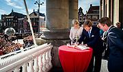 GRONINGEN - Koning Willem-Alexander tekent, onder het toezient oog van koningin Maxima en burgemeester Peter Rehwinkel, het Gulden Boek van de stad Groningenen. Hiermee is het paar ereburger van de stad geworden. Het koninklijk paar bezoekt, in het teken van de 'royal tour', de aankomende tijd de 12 provincies. ANP HANDOUT KOEN VAN WEEL NO SALES NO ARCHIVES