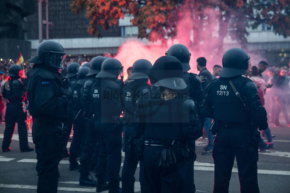 Chemnitz, Germany - 27.08.2018<br /> <br /> Tense situation in Chemnitz after the death of a 35-year-old. man The second day in a row there were clashes in Chemnitz. Among others, hooligans and neo-Nazi groups had called for protest - several thousand people took part. Early Sunday morning one man was stabbed to death and two other people were also injured in the conflict. Two suspects from Syria and Iraq have been arrested. <br /> <br /> Angespannte Lage in Chemnitz nach dem Tod eines 35-jaehrigen. Den zweiten Tag in folge kam es zu Ausschreitungen in Chemnitz. Unter anderen hatten Hooligans und Neonazi-Gruppen zum Protest aufgerufen - mehrere tausens Personen beteiligten sich. Ausloeser ist, dass  ein Mann am fruehen Sonntagmorgen erstochen wurde, zwei weitere Personen wurde bei der Auseinandersetzung ebenfalls verletzt. Gegen zwei Tatverdaechtige aus Syrien und dem Irak wurde inzwischen Haftbefehl erlassen. <br /> <br /> Photo: Bjoern Kietzmann