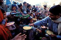 Pakistan - La fête des soufis - Province du Sind - Sehwan e Sharif - Tombe du saint soufi Lal Shabaz Qalandar - Fête de l'aniversaire de sa mort (Urs) - Les plus fortunés offrent le contenu de grosses marmites de riz palao aux plus pauvres. // Pakistan, Sind province, Sehwan e Sharif, Sufi saint Lal Shabaz Qalandar shrine, annual Urs festival