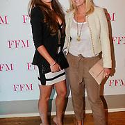 NLD/Loosdrecht/20110502 - Presentatie Fabulous Football Magazine, Naomie Solange Singels en haar moeder