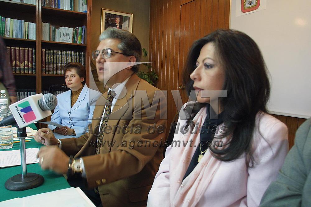 Toluca, Méx.- Monica Acosta, Juridico de bachillerato de la SEP y Jose Alberto Fuentes Espinoza Director General del Colegio de Bachilleres del Estado de Mexico anunciaron en conferencia de prensa que a partir del 30 de septiembre se abriran las inscripciones para el examen de acreditacion de bachillerato a mayores de 25 años. Agencia MVT / Mario Vázquez de la Torre. (DIGITAL)<br /> <br /> NO ARCHIVAR - NO ARCHIVE