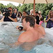 NLD/Amsterdam/20080805 - Persconferentie Gerard Joling in een bubbelbad, in bad met verslaggever Koos van SBS Shownieuws