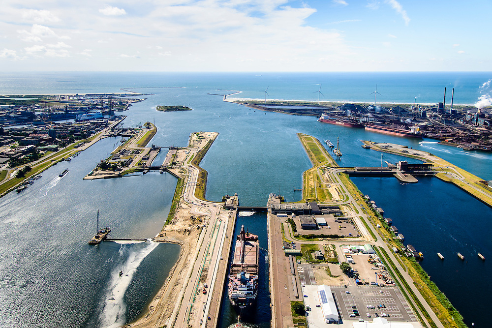 Nederland, Noord-Holland, IJmuiden, 01-08-2016; sluiscomplex IJmuiden met Noordersluis, Middensluis en Zuidersluis. Parallel aan en links van de Noordersluis wordt een nieuwe grote zeesluis gebouwd. Rechts het spuikanaal en de spuisluis.<br /> Lock complex IJmuiden, parallel to the large Northern Lock a new large sea lock will be build.<br /> <br /> luchtfoto (toeslag op standard tarieven);<br /> aerial photo (additional fee required);<br /> copyright foto/photo Siebe Swart
