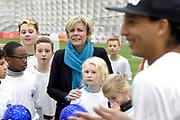 Prinses Laurentien bij Nationale WaterSpaarders Dag bij De Toekomst AJAX, Amsterdam. WaterSpaarders zeggen: 5 minuten is genoeg! Door in plaats van gemiddeld 9 minuten voortaan maar 5 minuten te douchen bespaar je per keer 32 liter warm water. Als heel Nederland dat zou doen besparen we met z'n allen de CO2 uitstoot van ruim 750.000 auto's. Dat maakt best veel verschil.<br /> <br /> Op de foto:  Prinses Laurentien bij Samen houden we de aarde hoog om 5 minuten de bal hoog te houden