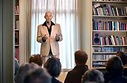 Nederland, Ubbergen, 20-1-2016Acteur Peter Faber voert een theater op tijdens een huiskamervoorstelling. De doelstelling van Kunst in de Kamer is het doen plaatsvinden van professionele concerten en hoogwaardige theateroptredens binnen de intieme sfeer van de huiskamerFoto: Flip Franssen