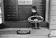 Lekbil i Kungsträdgården. Det var på den tiden det fanns lekplats, dansbana och mycket annat trevligt i Kungsan. Innan den blev omgjord till stel barockpark. Lekbil i Kungsträdgården. Det var på den tiden det fanns lekplats, dansbana och mycket annat trevligt i Kungsan. Innan den blev omgjord till stel barockpark.