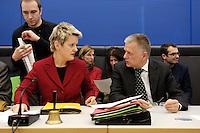 24 JAN 2006, BERLIN/GERMANY:<br /> Renate Kuenast (L), B90/Gruene Fraktionsvorsitzende, und Fritz kuhn (R), B90/Gruene Fraktionsvorsitzender, im Gespraech, vor Beginn der Fraktionssitzung von B90/Gruene, Deutscher Bundestag <br /> IMAGE: 20060124-01-010<br /> KEYWORDS: Journalist, Mikrofon, microphone, Kamera, Camera, Renate Künast