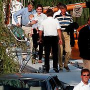Aankomst Beatrix in haven Muiden met Groene Draeck, vrienden en familie verlaten het schip