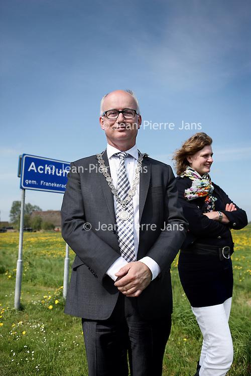 Nederland, Achlum , 27 april 2011..De burgemeester van Achlum, Fred Veenstra en een medewerker bij het bord van Achlum..De Amerikaanse oud-president Bill Clinton komt zaterdag 28 mei naar Nederland om te spreken op de Conventie van Achlum. Dat heeft de organisator van dit evenement, verzekeringsmaatschappij Achmea, zaterdag bekendgemaakt. De Conventie van Achlum is een bijeenkomst in het Friese dorpje Achlum, waar prominenten zullen praten over de toekomst van Nederland..Foto:Jean-Pierre Jans