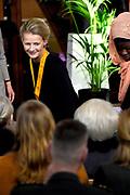 Prinses Mabel heeft in de Grote Kerk in Vlaardingen namens de mede door haar opgerichte organisatie Girls Not Brides de Geuzenpenning in ontvangst genomen.<br /> <br /> In the Grote Kerk in Vlaardingen, Princess Mabel received the Geuzen Medal on behalf of the organization Girls Not Brides, which she co-founded.<br /> <br /> op de foto / On the photo:  Prinses Mabel