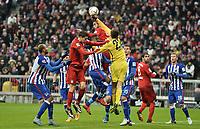 Fotball<br /> Tyskland<br /> 29.11.2015<br /> Foto: Witters/Digitalsport<br /> NORWAY ONLY<br /> <br /> Strafraumszene v.l. Robert Lewandowski (Bayern), Salomon Kalou, Mehdi Benatia, Torwart Rune Almenning Jarstein, Niklas Stark, Javier ''Javi'' Martinez, Fabian Lustenberger (Berlin) <br /> <br /> Fussball Bundesliga, FC Bayern München - Hertha BSC Berlin 2:0