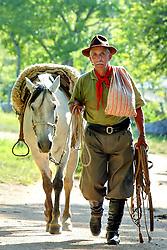 Gaúcho com cavalo a cabresto, em Encruzilhada do Sul. Foto: Jefferson Bernardes /Preview.com <br /> <br /> Retrato , Aperos , Bota , Bovino , Cavalo , Chimarrão , Companheiro , Doma , Freio , Gado , Gaudério , Gaúcho , Indulmentária , Laço , Mate , Peão , Pilcha , Rédea , Tradicionalismo , Tradição , Transporte <br />  <br /> FOTO: Jefferson Bernardes / Preview.com