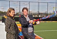 DEN BOSCH - Oud-bondscoach Marc Lammers met Den Bosch voorzitter Mieke van den Akker op et geheel vernieuwde complex van Hockeyclub Den Bosch. COPYRIGHT KOEN SUYK