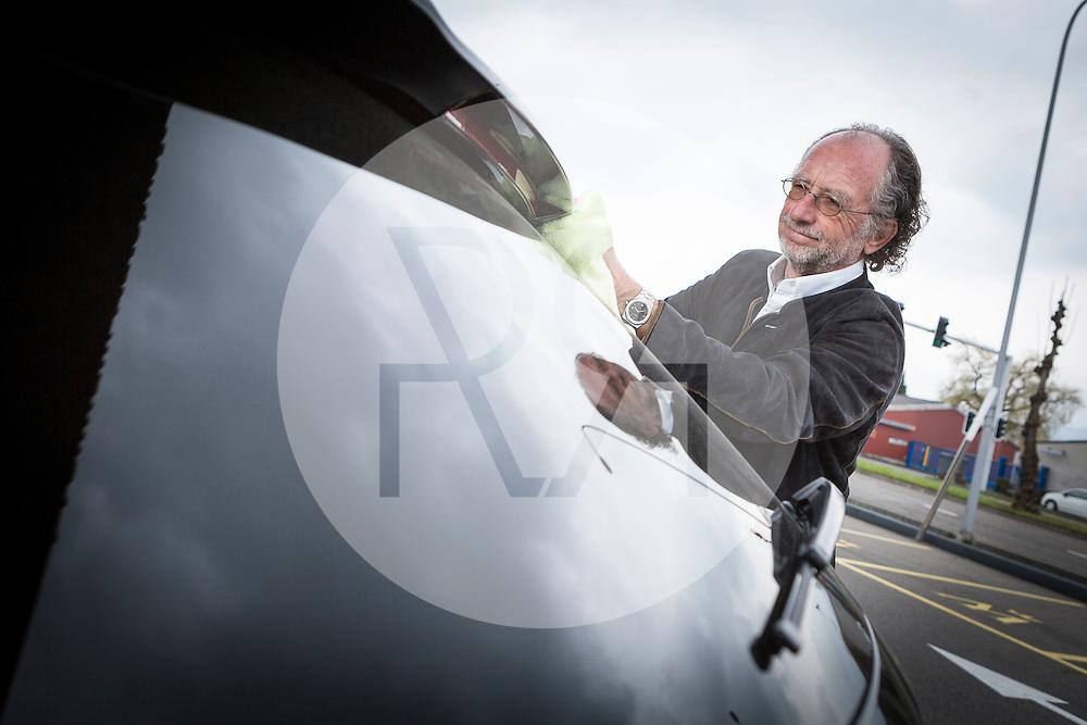 SCHWEIZ - ZÜRICH - Beat Meyerstein, Gründer der Autop-Autowasch AG, reinigt sein Auto bei der Autowaschstrasse Tiefenbrunnen - 25. März 2015 © Raphael Hünerfauth - http://huenerfauth.ch
