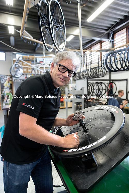 Nederland,  Den Bosch,Rubriek, Werk in Uitvoering het bedrijf Edco van Rob van Hoek maakt speciale fietswielen voor wielrennerij.
