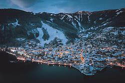 THEMENBILD - die beleuchtete Stadt mit dem Zeller See und den Skipisten, aufgenommen am 04. Dezemeber 2020 in Zell am See, Österreich // the illuminated town with the lake Zell and the ski slopes, Zell am See, Austria on 2020/12/04. EXPA Pictures © 2020, PhotoCredit: EXPA/ JFK