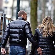 NLD/Amsterdam/20081224 - Johnny Heitinga en zwangere partner Charlotte Sophie Zenden winkelend voor de kerst in Amsterdam